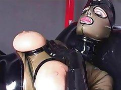 Besando el culote de una nalgona en latex - 2 part 1